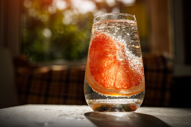 Стакан воды с грейпфрутом