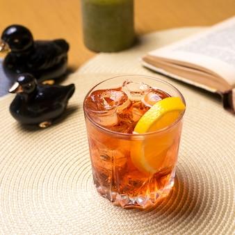 슬라이스 레몬과 얼음 측면보기 테이블에 위스키 한 잔