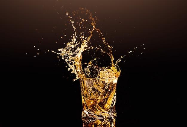Стакан виски с вкраплениями из кубика льда