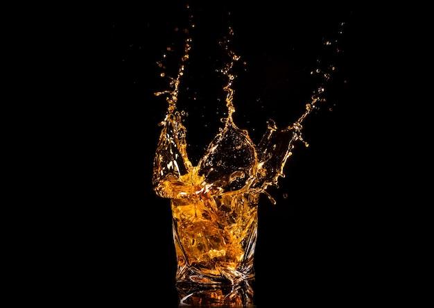 角氷からの水しぶきとウイスキーのガラス