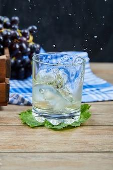 포도 나무 테이블에 화이트 와인 한 잔. 고품질 사진