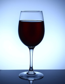 青い背景の上のグラスワイン