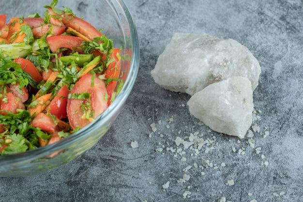 Стеклянная тарелка вкусного овощного салата.