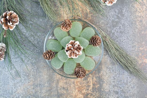 녹색 마멀레이드와 솔방울의 유리 접시. 고품질 사진
