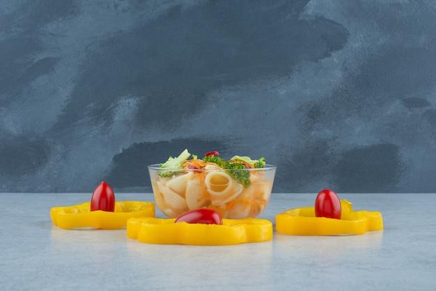 Стеклянная тарелка макарон и брокколи на белом фоне. фото высокого качества