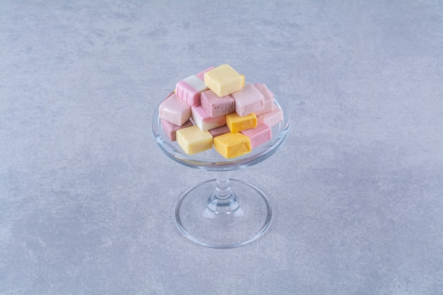 분홍색과 노란색 달콤한 과자 파스타라의 유리 접시