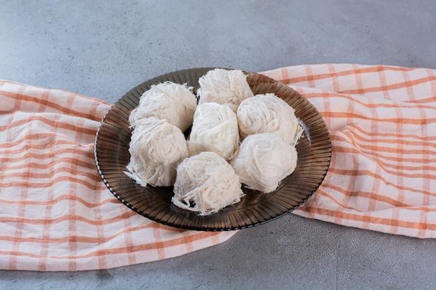 돌 표면에 달콤한 솜사탕의 유리 접시