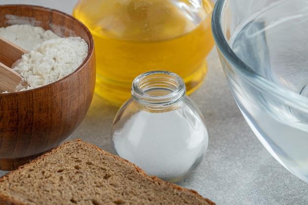 パンと油のスライスと水のガラス板。