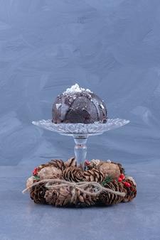 초콜릿 케이크와 솔방울이 들어간 유리 접시
