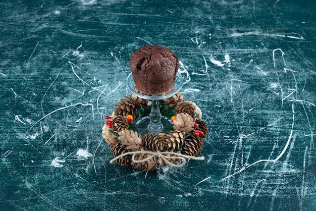 초콜릿 쿠키와 크리스마스 화환이 있는 유리 접시. 고품질 사진