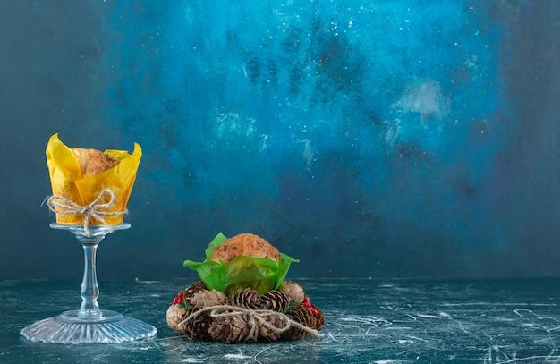 머핀과 크리스마스 화환이 있는 유리 접시. 고품질 사진