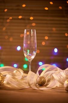 シャンパンと金色のクリスマスボールが入ったグラス