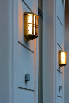 건물 벽에 빛나는 램프