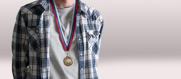 胸の人間の金メダルは成功を達成します