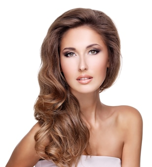 아름다운 긴 머리 포즈와 화려한 섹시 한 여자. 흰색 절연