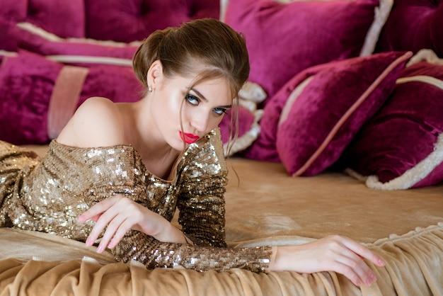 Шикарная молодая женщина в постели утром очищает утреннюю чистку кожи сексуальной и красивой ...
