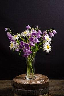 Изящный букет цветов ромашки и колокольчики в вазе
