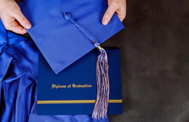 빈 공간을 가진 졸업 모자와 졸업 증명서 졸업장