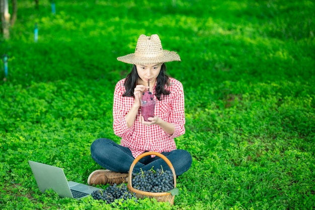 Виноградарь, наслаждающийся свежевыжатым виноградным соком