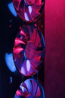 未来的なデザインのチアノーゼ紫のバックライトを備えたファンの列を備えたグラフィックカード