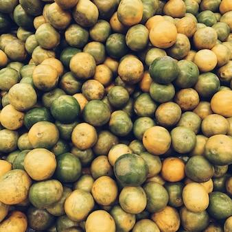 Большое количество зеленых и желтых лаймов. вегетарианская, веганская, здоровая и летняя концепция