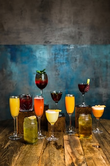 木製の表面にさまざまなグラスでさまざまなアルコールカクテル