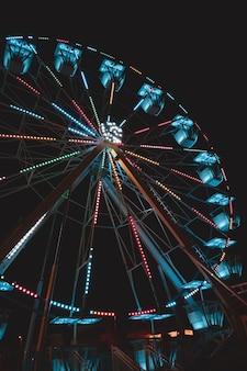 Прекрасный вид на колесо обозрения в апулии.