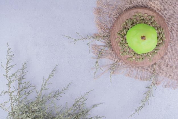 カボチャの種が周りにある緑の梨。