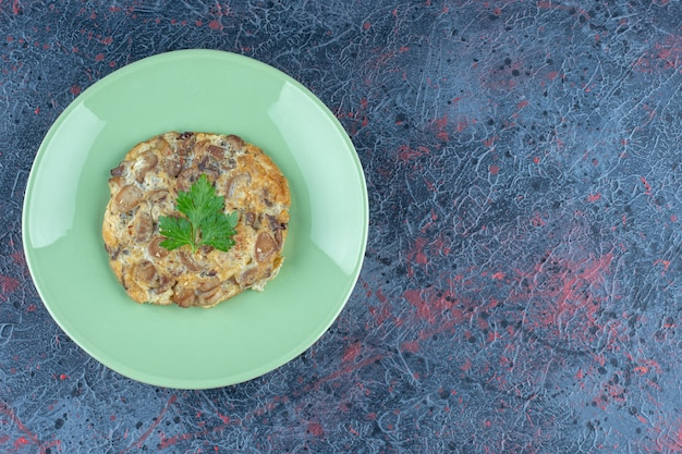 Зеленая тарелка с жареным яйцом и мясом. Бесплатные Фотографии