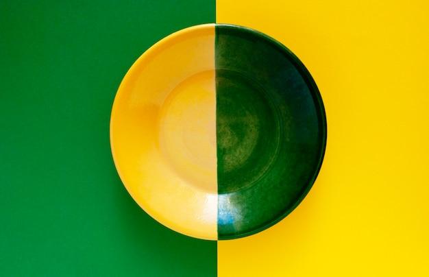 녹색 노란색 배경에 녹색 노란색 접시. 노란색과 녹색의 두 가지 주요 색상.