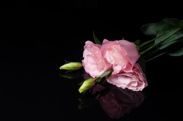 Открытка из трех розовых цветов лизиантуса