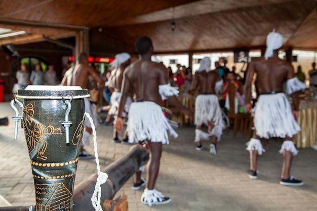 フェスティバルでのアフリカのダンサーのグループ。伝統的なアフリカンダンス。