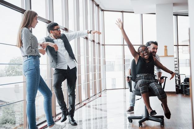オフィスで楽しんでいるビジネスマンのグループ。