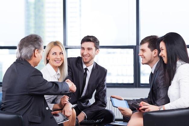 사무실에서 회사의 정책을 논의하는 사업가 그룹.