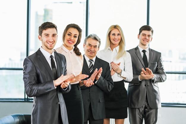 オフィスで会社の方針について話し合うビジネスマンのグループ。