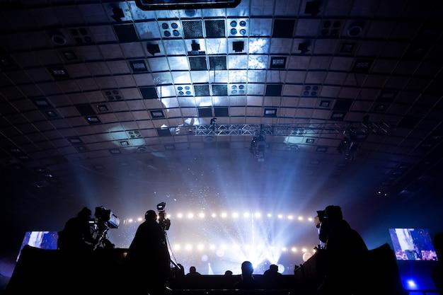 コンサート中に働くカメラマンのグループ。