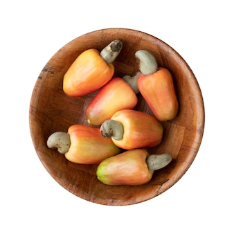 白い背景の上に分離されたボウルにカシューナッツの果物のグループ。