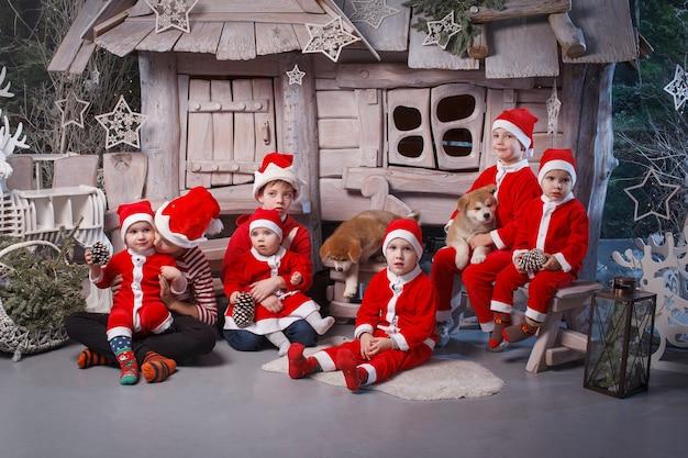 산타의 도우미로 분장 한 어린이 그룹.