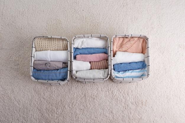 오가닉 코튼으로 만든 옷 그룹, 속옷을 보관하기 위해 바구니에 깔끔하게 접혀 옷장 정리의 개념. 스칸디나비아 스타일의 색상.