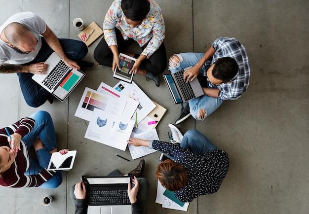 Группа коллег, создающих идеи