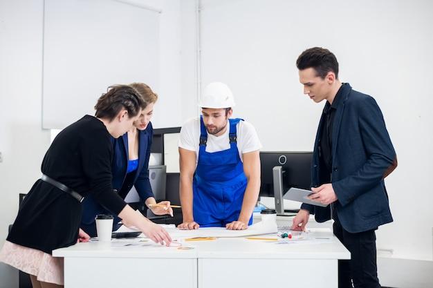 Группа строительных дизайнеров работает в креативной студии