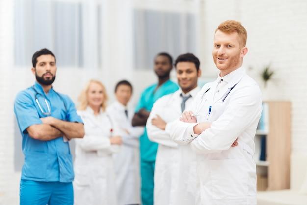 Группа врачей позирует перед камерой.