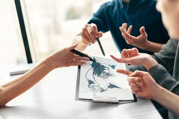 新しいスタートアップのアイデアについて話し合う従業員のグループ