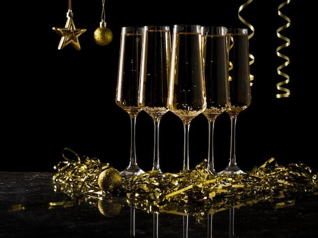 스파클링 와인과 크리스마스 장식으로 채워진 안경의 그룹입니다. 인기있는 알코올 음료.