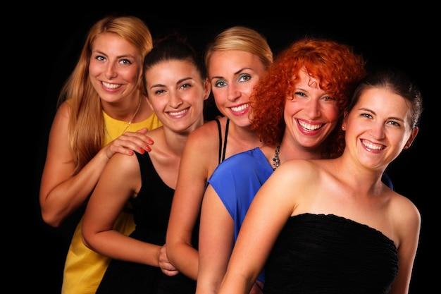 블랙 위에 포즈를 취하는 다섯 섹시한 여자 친구의 그룹