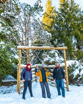 ギプスコアのペナスデアヤにあるオイアルツンの町の雪に覆われた森を楽しんでいる友人のグループ。バスク Premium写真