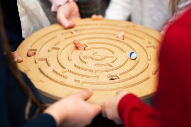 友達のグループがボードゲームをしています。パーティーのためのゲーム。