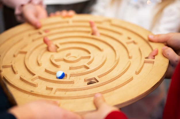 Группа друзей играет в настольную игру. игры для вечеринок.