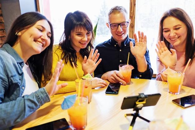 Группа друзей по видеосвязи и приветствие другого человека