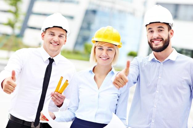 Группа счастливых архитекторов на месте